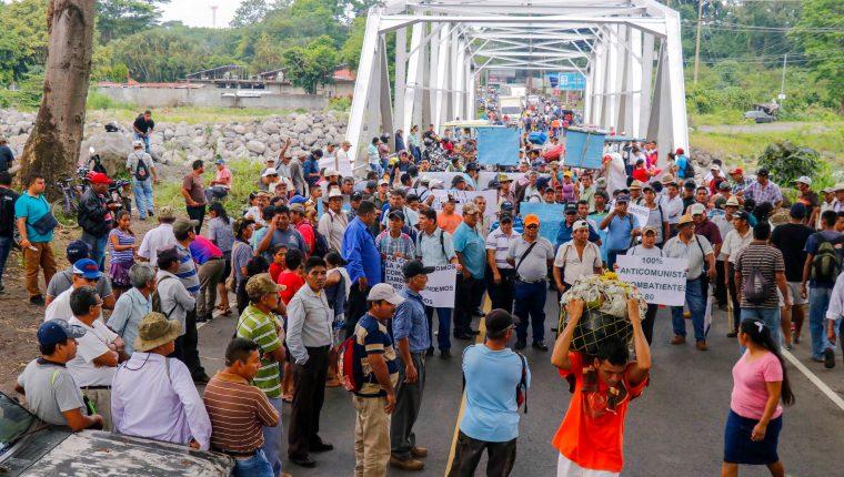 Los inconformes han bloqueado carreteras y amenazan con boicotear las elecciones si no hay indemnización para ellos. (Foto Prensa Libre: Hemeroteca PL)
