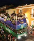 Los jugadores de Antigua celebraron con los aficionados. (Foto Prensa Libre: Julio Sicán)