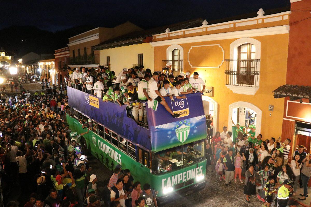 Las calles de Antigua se tiñen de verde y se vive una fiesta