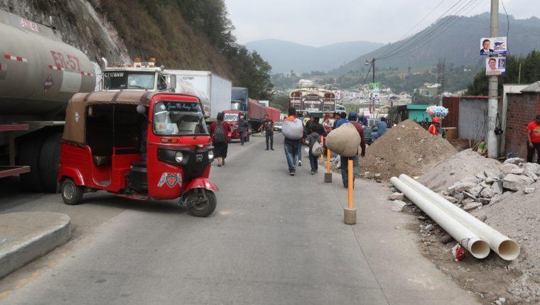 Mototaxis ofrecían sus servicios a viajeros y comerciantes que estaban en el bloqueo. (Foto Prensa Libre: María Longo)