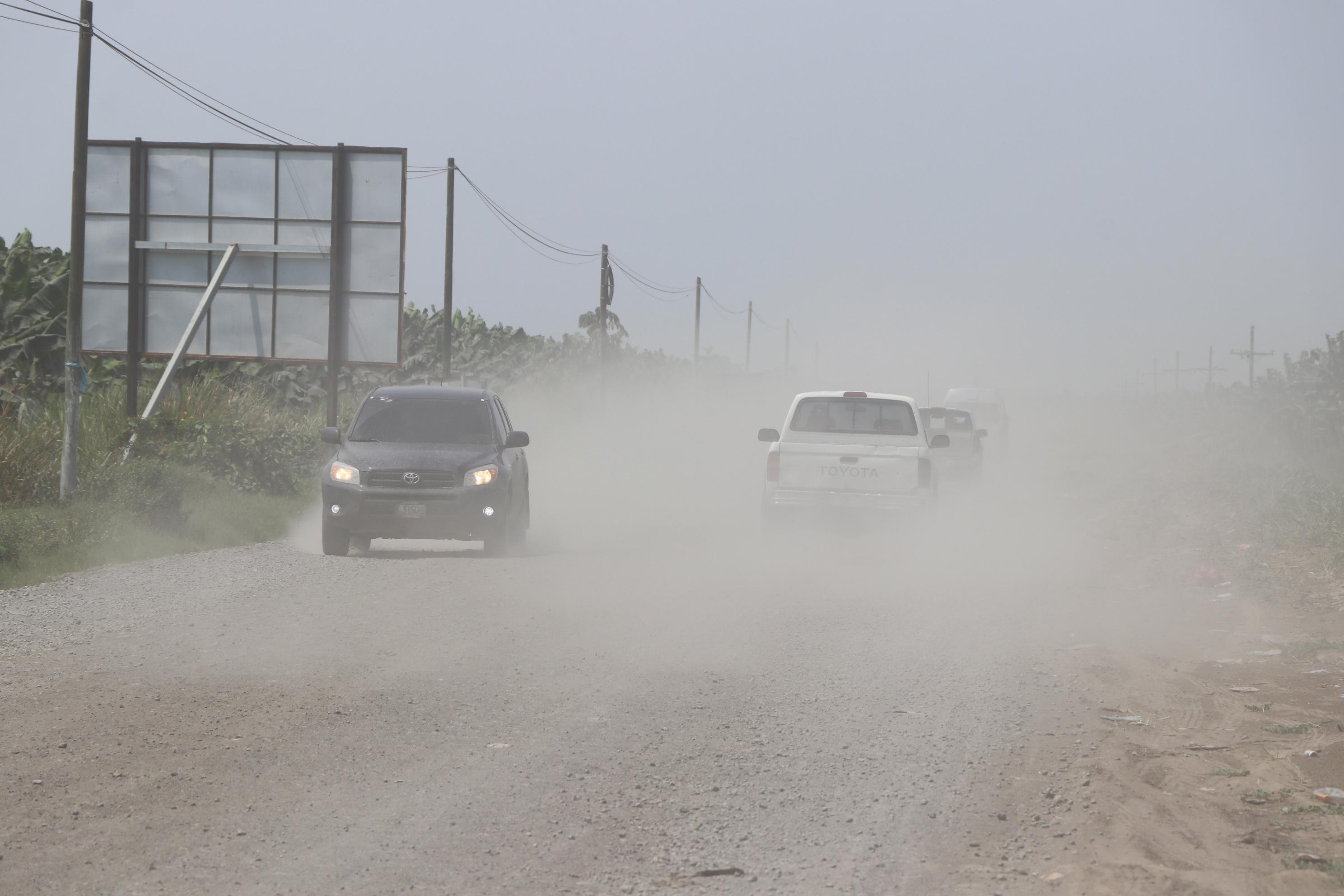 Nubes de polvo levantan vehículos, principalmente, principalmente picops o camionetas, en las rutas que aún no son de terracería, en San Marcos. (Foto Prensa Libre: Whitmer Barrera)