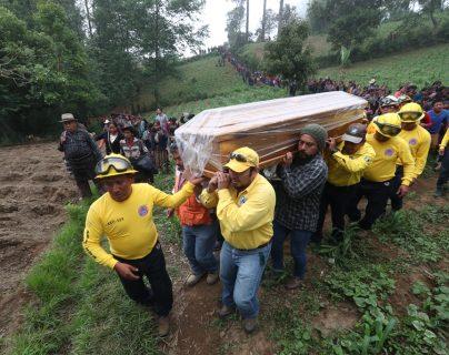 Bomberos forestales de Sololá trasladan los restos de su compañero Vicente Julajuj al cementerio de Chuimanzana. (Foto Prensa Libre: Mynor Toc)