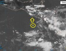 El sistema de baja presión –circulo amarillo– provoca el ingreso de humedad a territorio nacional favorecerá el incremento de lluvias. (Foto Prensa Libre: tomado de National Hurricane Center)