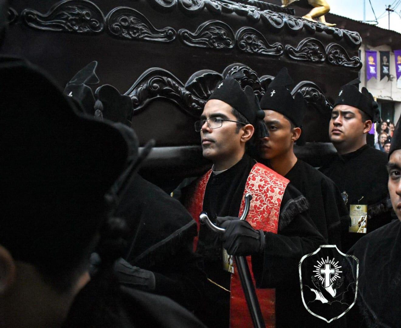 Juan José De Abreu –estola roja– párroco de la iglesia San Bartolomé es el primer sacerdote que participa en una procesión de Semana Santa en Xela. (Foto Prensa Libre: Cortesía)