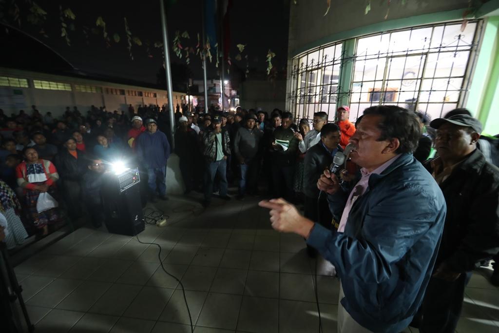 Abrahim Zelada López, alcalde de La Esperanza, Quetzaltenango, habla a los vecinos sobre los problemas que les afectan. (Foto Prensa Libre: Mynor Toc)