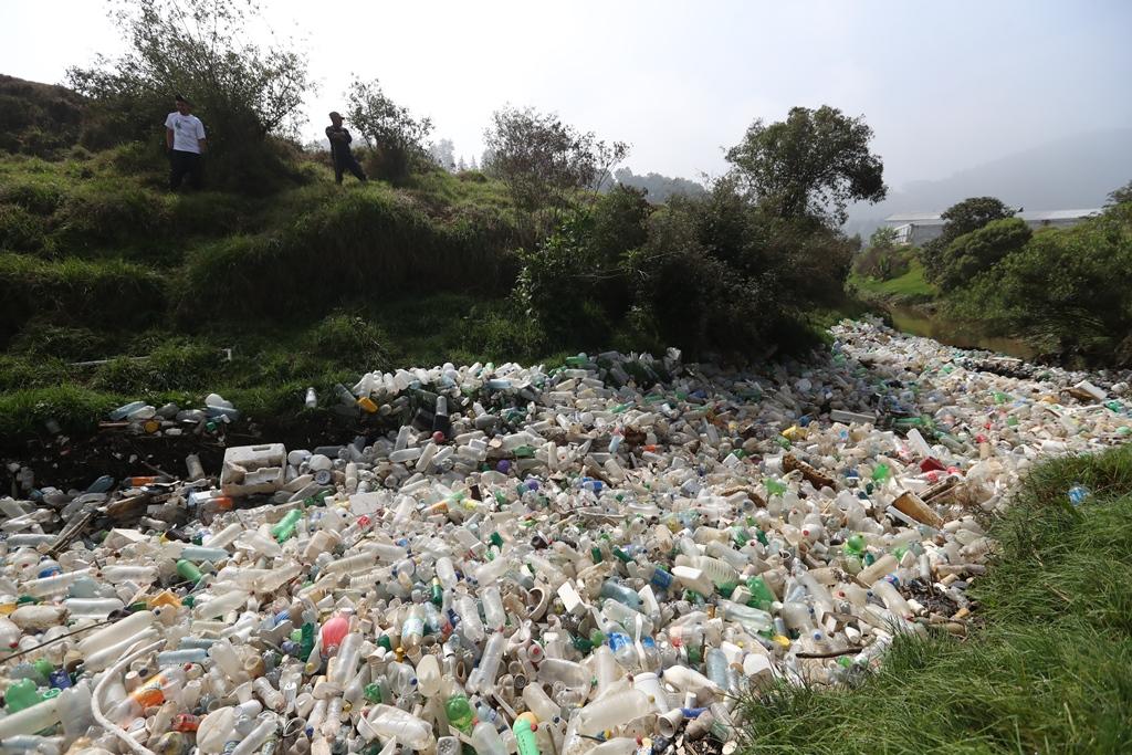 Toneladas de plástico y duroport flotan en el río Xequijel, en la zona 6 de Quetzaltenango. (Foto Prensa Libre: Mynor Toc)