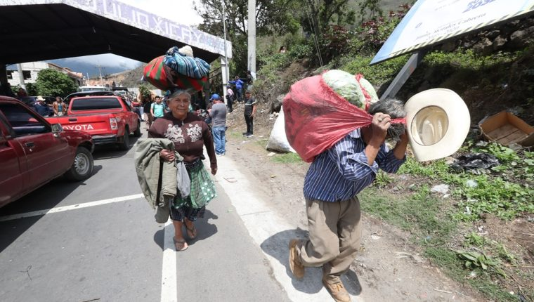Agricultores de Zunil, cargaron sus verduras por varios kilómetros para trasladarlos a los mercados de la región. (Foto Prensa Libre: Mynor Toc)