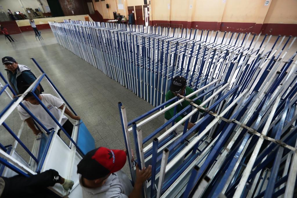 En tres contenedores fueron trasladados miles de atriles y mesas para los centro de votación. (Foto Prensa Libre: Mynor Toc)