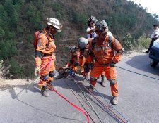 Los Bomberos Voluntarios trabajan en el rescate de víctimas de un accidente ocurrido en La Zeta. (Foto Prensa Libre: Mike Castillo)