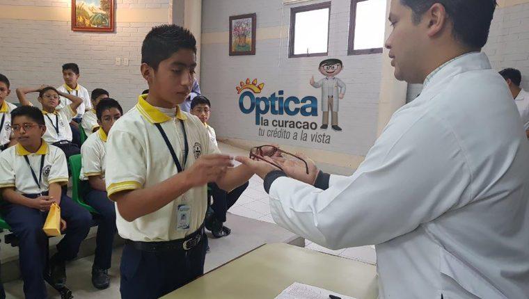 Óptica La Curacao realizó la entrega de lentes a estudiantes de la  Villa de los Niños. Foto Cortesía