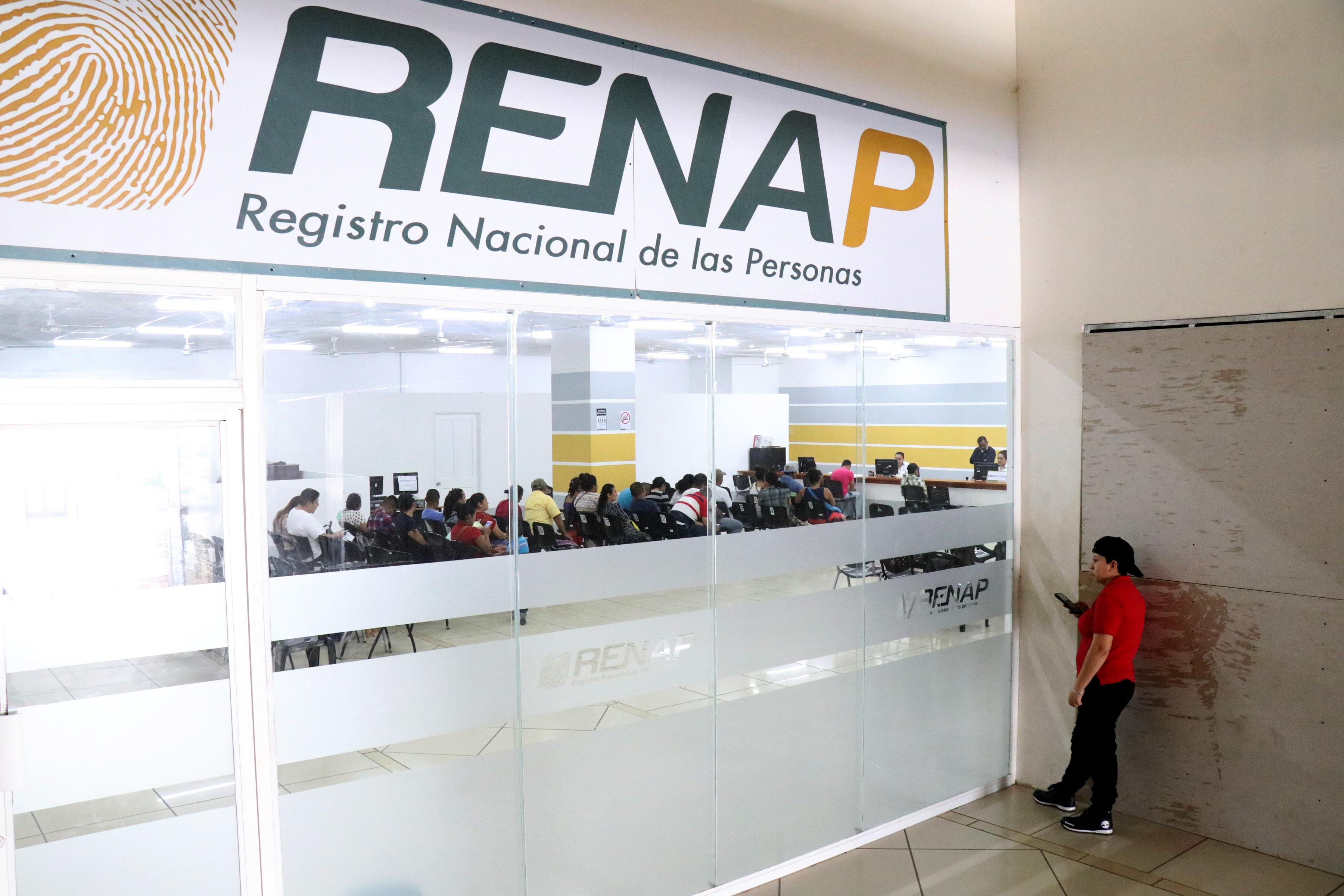 Usuarios del Renap esperan atención en la sede de Izabal. (Foto Prensa Libre: César Hernández)