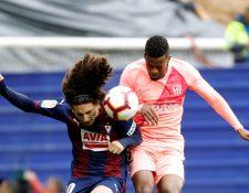 El defensa del Eibar, Marc Cucurella (i), lucha un balón con el defensa portugués del Barcelona, Nélson Semed. (Foto Prensa Libre: EFE)