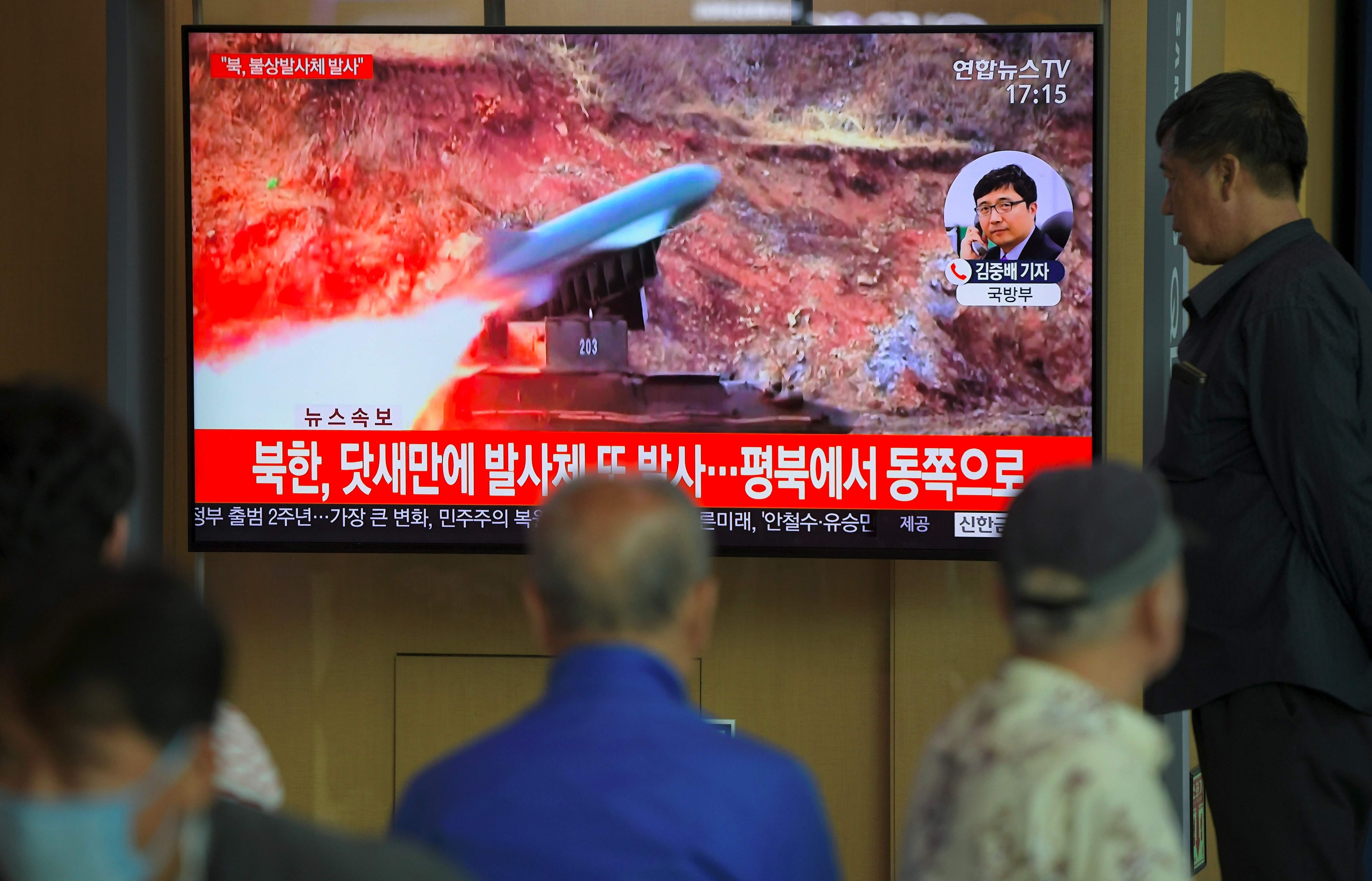 Surcoreanos pudieron observar el lanzamiento del misil que fue transmitido por la televisión local. (Foto Prensa Libre: AFP)