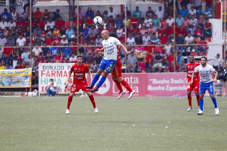 Acción durante el partido entre Malacateco y Cobán. (Foto Prensa Libre: Rolando Miranda)