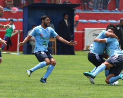 Juan Carlos Silva celebras junto a sus compañeros después de anotar el gol del empate contra Sanarate FC. (Foto Prensa Libre: Raúl Juárez)