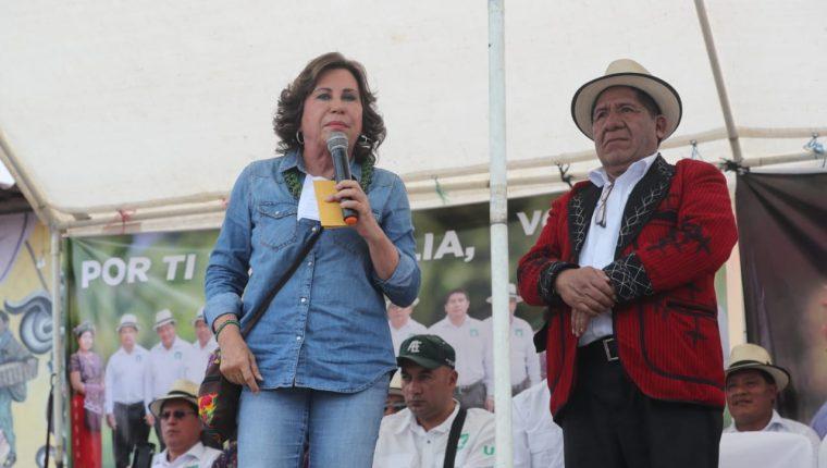 Sandra Torres le promete a Pedro Raymundo Cobo construir carreteras, generar empleo y ampliar programas sociales. (Foto: Prensa Libre: Erick Ávila)