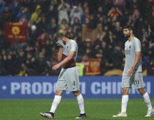 Jugadores del AS Roma lucen con desconsuelo después del empate contra el Sassuolo. (Foto Prensa Libre: EFE).
