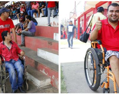 Los aficionados  Roger y Carlos y Wílber llega cada día que juega Malacateco para apoyarlo. (Foto Prensa Libre: Rolando Miranda)
