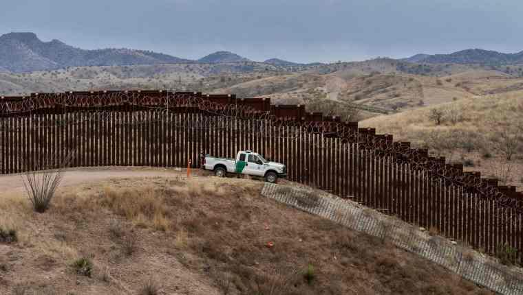 Donald Trump no desiste en su intención de construir un muro fronterizo en la frontera con México. (Foto Prensa Libre: AFP)