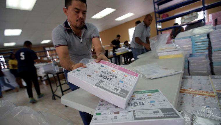 Miembros del Tribunal Electoral de Panamá organizan las papeletas para los comicios electorales del próximo domingo, en Ciudad de Panamá. (Foto Prensa Libre: EFE)