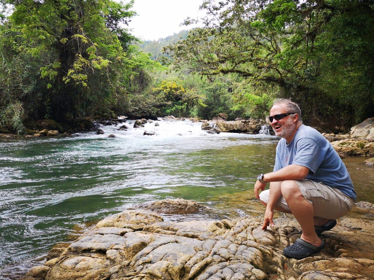 Jorge Moller, de la ONG Regenera evaluando Río Cahabón, en Alta Verapaz, uno de los sitios que pueden ser ancla del turismo sostenible. (Foto Prensa Libre: Cortesía Inguat)