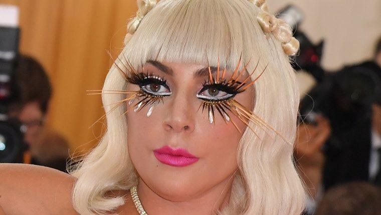 Además de sus extravagantes atuendos, Lady Gaga, también lució unos accesorios impactantes en las pestañas. (Foto Prensa Libre: AFP)