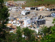 Al menos tres personas murieron tras el paso del tornado. (Foto Prensa Libre: AFP)