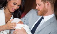"""BRI01. WINDSOR (REINO UNIDO), 08/05/2019.- El príncipe Enrique (d) y Meghan, duquesa de Sussex, posan junto a su hijo recién nacido en Windsor (Reino Unido), este miércoles. Unos sonrientes pero visiblemente cansados duques de Sussex presentaron hoy por primera vez a los medios de comunicación a su recién nacido, del que dijeron que es """"un sueño"""", """"mágico"""" y una """"auténtica alegría"""". EFE/ Domic Lipinski/PA SOLO USO EDITORIAL/PROHIBIDA SU VENTA"""