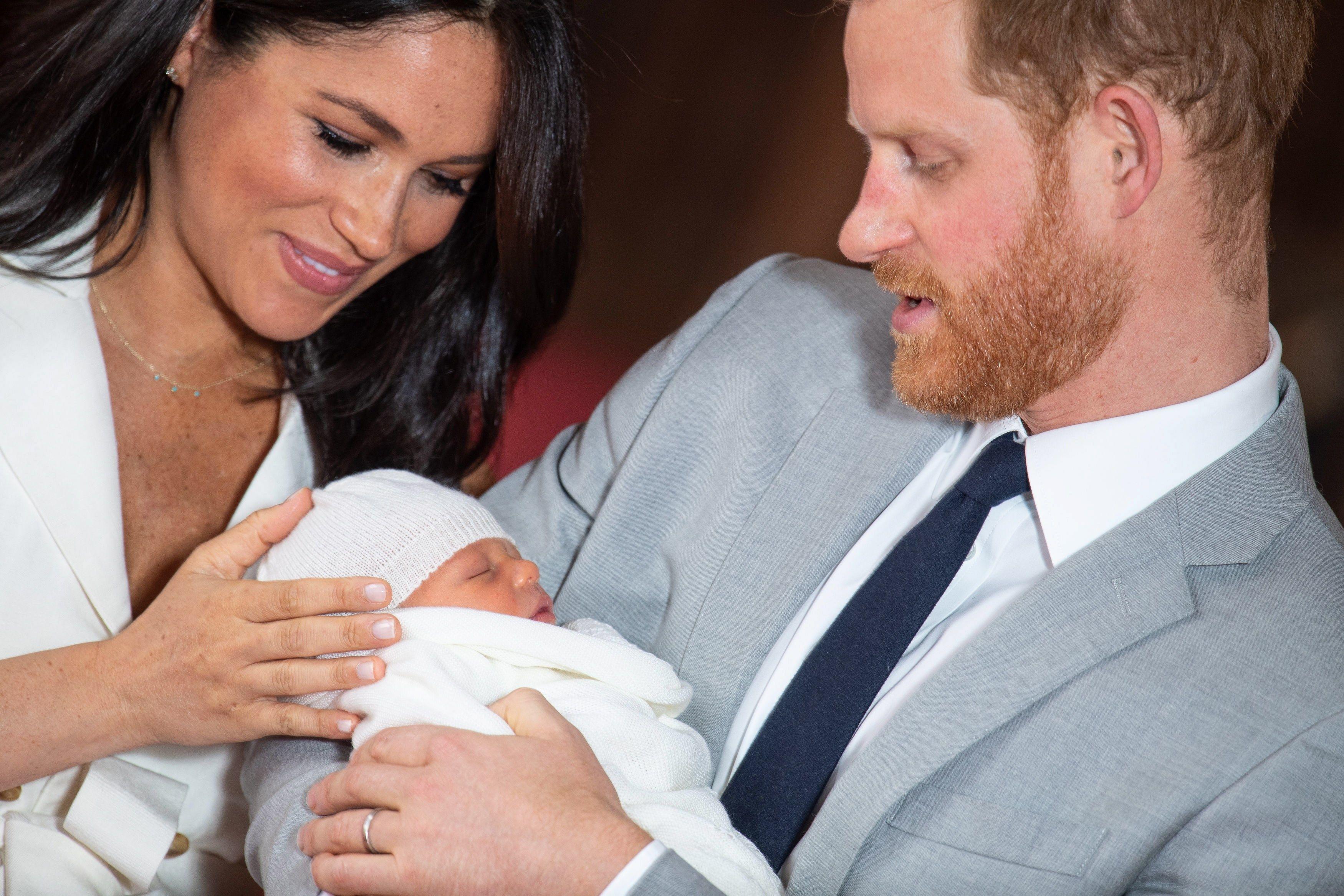 El príncipe Enrique y Meghan, duquesa de Sussex, posan junto a su hijo recién nacido en Windsor. (Foto Prensa Libre: EFE)