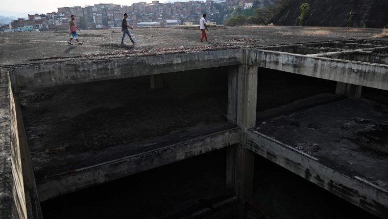 Jóvenes caminan sobre uno de los edificios ocupados. (Foto Prensa LIbre: AFP)