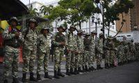 Militares leales a Nicolás Maduro resguardan la seguridad en una calle de Venezuela. (Foto Prensa Libre. AFP)