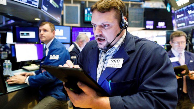 Wall Street abrió este 6 de mayo con pérdidas y el Dow Jones de Industriales, su principal indicador, descendía un 1.45%, en una jornada claramente marcada por las amenazas del presidente Donald Trump de subir los aranceles a China a un 25%. (Foto Prensa Libre: EFE)