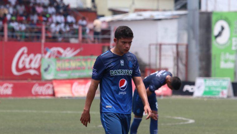 El defensor de Municipal, Héctor Moreira, no puede ocultar su frustración, luego de la derrota sufrida por su equipo ante Malacateco, este miércoles, en el estadio Santa Lucía (Foto Prensa Libre: Raúl Juárez)