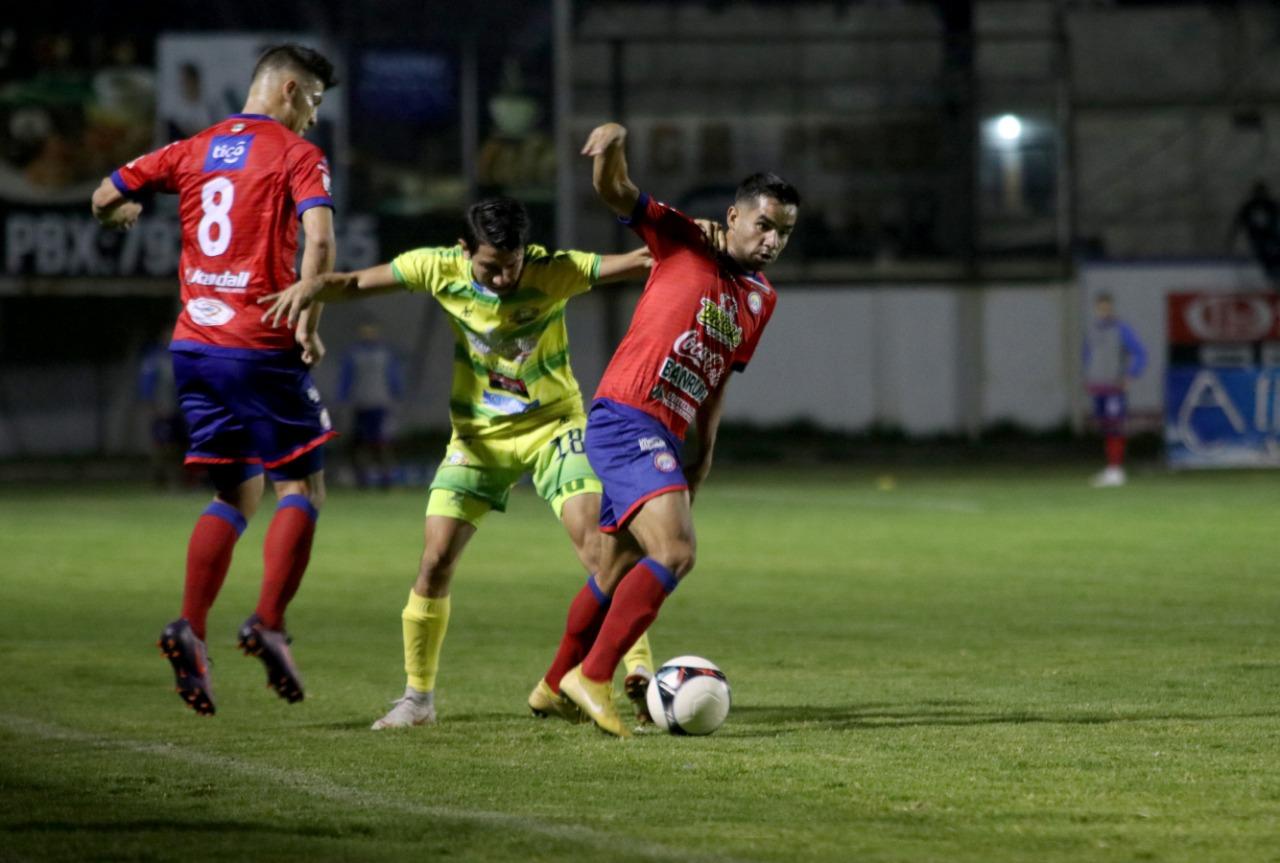 Xelajú MC le arruinó la fiesta a ChIantla con un empate que aumenta el suspenso por el descenso en la última jornada. (Foto Prensa Libre: Mike Castillo)