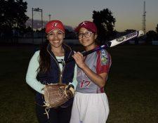 Karla Calderón y Estefanny Barrios comparten la pasión por el deporte. (Foto Prensa Libre: Raúl Juárez)