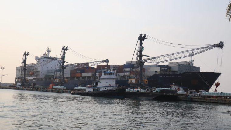En el muelle de Puerto Barrios, un buque con capacidad para 400 contenedores partió con solamente 10. (Foto Prensa Libre: Dony Stewart)