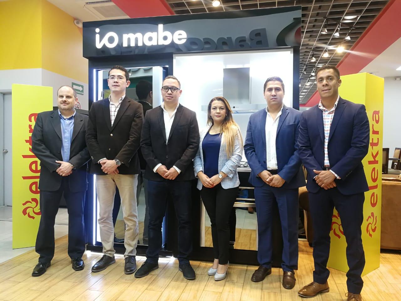 Representantes de Tiendas Elektra y Mabe muestran la nueva linea io Mabe