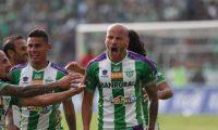 El costarricense Anllel Porras marcó un doblete con el cual liquidó a Guastatoya y clasificó a Antigua a la final. (Foto Prensa Libre: Carlos Vicente).