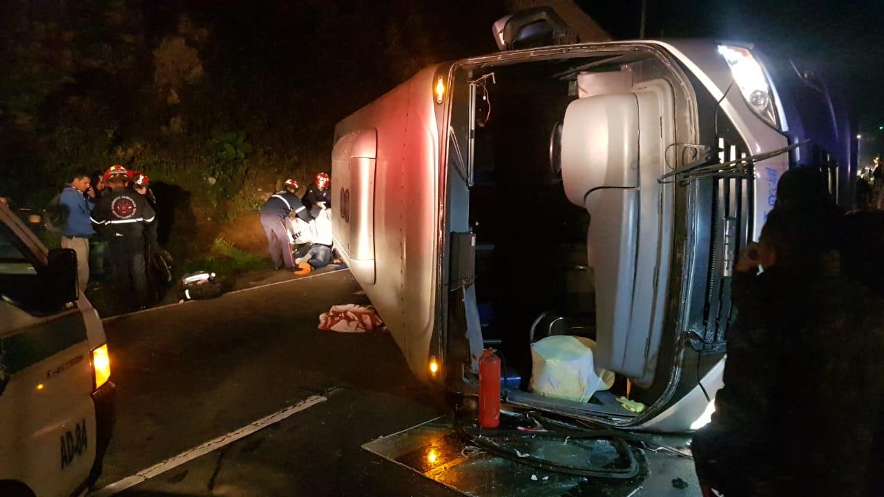 En el accidente perdió la vida un pasajero. (Foto: Bomberos Municipales Departamentales)