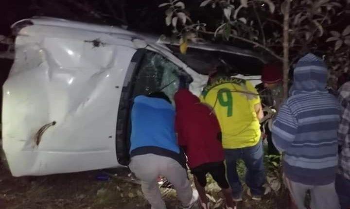 Pobladores observan el vehículo que cayó al fondo de un barranco. (Foto: Cortesía)