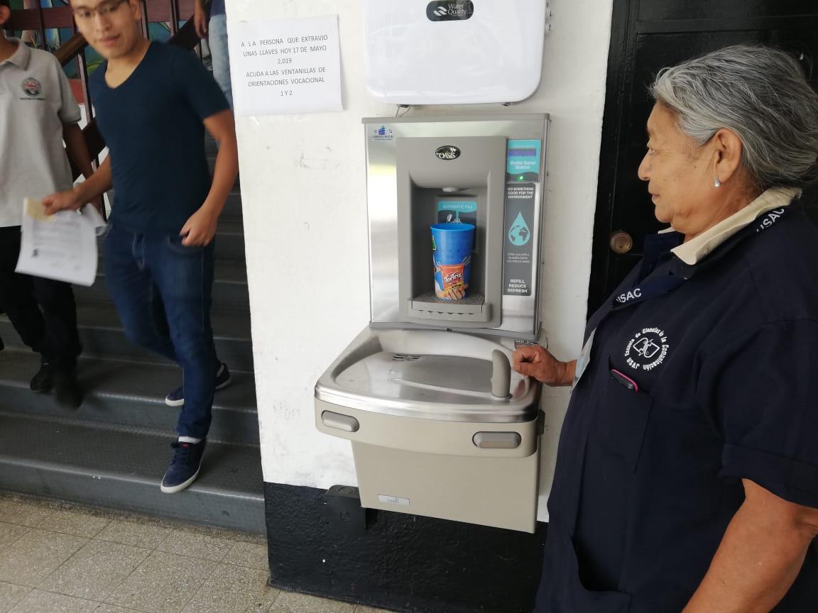 Con dispensadores de agua estudiantes de la Usac se han ahorrado más de Q3 millones
