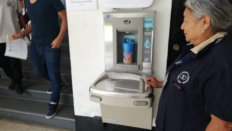 Los bebederos o llena pachones están ubicados en las escuelas y facultades de la USAC.(Foto Prensa Libre: José Patzán)