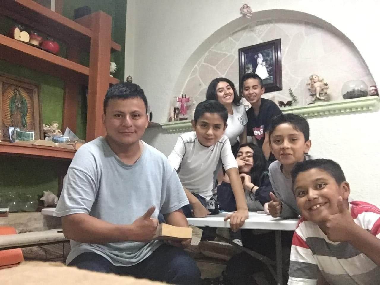 Pedro Perebal, junto a sus primeros estudiantes de inglés, en Hidalgo, México. (Foto: Cortesía Pedro Perabal)