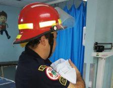 Socorristas trasladan a la bebé recién nacida a la emergencia del Hospital General. (Foto: Bomberos Municipales Departamentales).