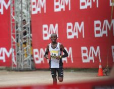 El keniata Daniel Muteti dominó el Medio Maratón de Cobán en su edición 2019. (Foto Prensa Libre: Norvin Mendoza)