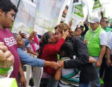 Santra Torres es recibida por pobladores de San Pedro Las Huertas, Sacatepéquez. (Foto Prensa Libre: María René Barrientos)