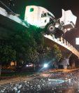 El camión estuvo a punto de caer a las vías inferiores del puente. (Foto Prensa Libre: Andrea Domínguez)