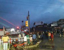 Pobladores mantienen medidas de hecho en Cuatro Caminos y advierten con intensificarlas. (Foto Prensa Libre: Mike Castillo)