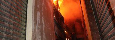 Socorristas trabajan en controlar las llamas. (Foto: Bomberos Voluntarios)