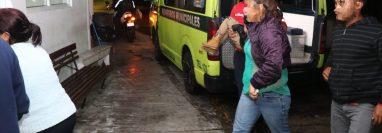 Socorristas cargan en brazos a uno de los menores heridos. (Foto: Bomberos Municipales)